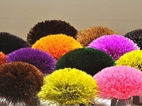 Poms of polyester yarns for chcking shades